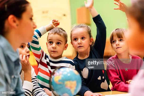 Enseignants et enfants d'âge préscolaire en salle de classe