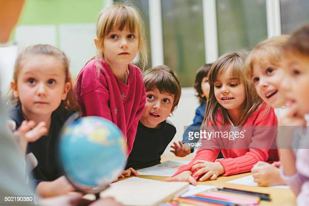 Enseignants et enfants d'âge préscolaire en salle de classe d'apprentissage.