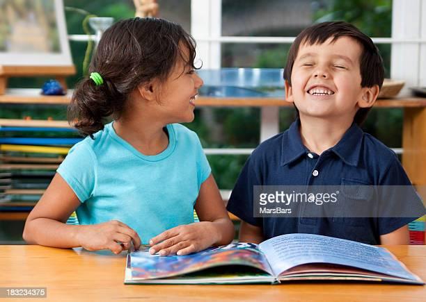 Bambini in età prescolastica godersi un libro