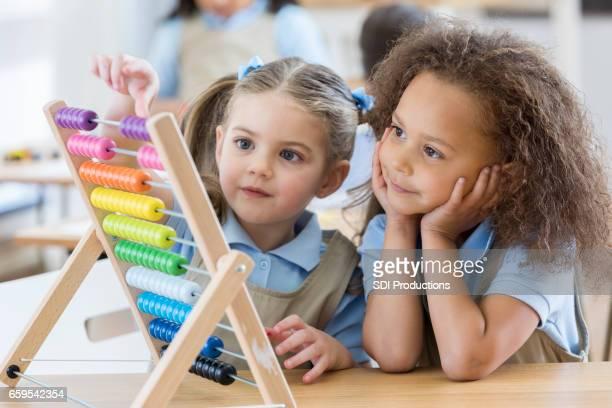 Kinder im Vorschulalter verwenden Abacus während des Unterrichts