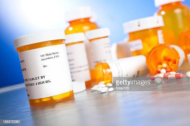Verschreibungspflichtige Medikamente. Viele Tablette Flaschen auf dem Tisch. Niemand. Verschütten.
