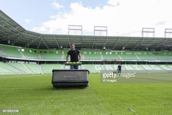 Presentatiegids Seizoen 2014 2015 rondom fotopersdag green keepers grasmaaien during the team presentation of Fc Groningen on June 30 2014 at the...