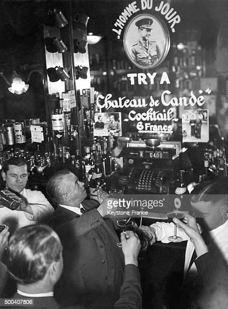 Presentation d'un nouveau cocktail devant le proprietaire du bar Harry Mac Elhone le 'Chateau de Cande' au Harry's Bar bar americain le 21 mai 1937 a...
