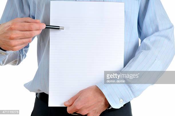 Presentazione, uomo mostrando qualcosa su un blocco note vuoto, isolato su bianco