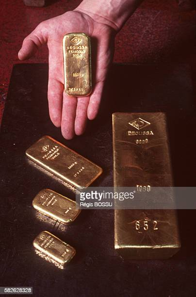 Presentation of gold ingots of different sizes
