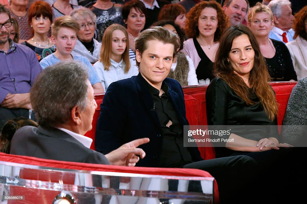 Presenter of the show <a gi-track='captionPersonalityLinkClicked' href=/galleries/search?phrase=Michel+Drucker&family=editorial&specificpeople=769504 ng-click='$event.stopPropagation()'>Michel Drucker</a> with Actors Benabar and Zoe Felix, who present the Theater Play 'Je vous ecoute', performed at Theatre Tristan Bernard, during the 'Vivement Dimanche' French TV Show at Pavillon Gabriel on February 10, 2016 in Paris, France.