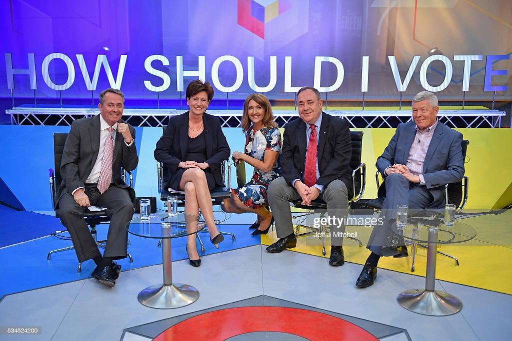 Presenter Victoria Derbyshire (C), host of 'How Should I Vote? - The EU Debate', poses with members of the panel <a gi-track='captionPersonalityLinkClicked' href=/galleries/search?phrase=Liam+Fox+-+Politicus&family=editorial&specificpeople=227115 ng-click='$event.stopPropagation()'>Liam Fox</a>, Diane James, <a gi-track='captionPersonalityLinkClicked' href=/galleries/search?phrase=Alex+Salmond&family=editorial&specificpeople=857688 ng-click='$event.stopPropagation()'>Alex Salmond</a> and <a gi-track='captionPersonalityLinkClicked' href=/galleries/search?phrase=Alan+Johnson+-+Politiek&family=editorial&specificpeople=228679 ng-click='$event.stopPropagation()'>Alan Johnson</a> at The Briggait on May 26, 2016 in Glasgow, Scotland. The BBC's first televised EU referendum debate was held in Glasgow in front of an audience of eighteen to twenty-nine year olds and a panel of SNP's <a gi-track='captionPersonalityLinkClicked' href=/galleries/search?phrase=Alex+Salmond&family=editorial&specificpeople=857688 ng-click='$event.stopPropagation()'>Alex Salmond</a> and Labour's <a gi-track='captionPersonalityLinkClicked' href=/galleries/search?phrase=Alan+Johnson+-+Politiek&family=editorial&specificpeople=228679 ng-click='$event.stopPropagation()'>Alan Johnson</a> backing staying in the EU while UKIP MEP Diane James and Conservative <a gi-track='captionPersonalityLinkClicked' href=/galleries/search?phrase=Liam+Fox+-+Politicus&family=editorial&specificpeople=227115 ng-click='$event.stopPropagation()'>Liam Fox</a> arguing to leave.