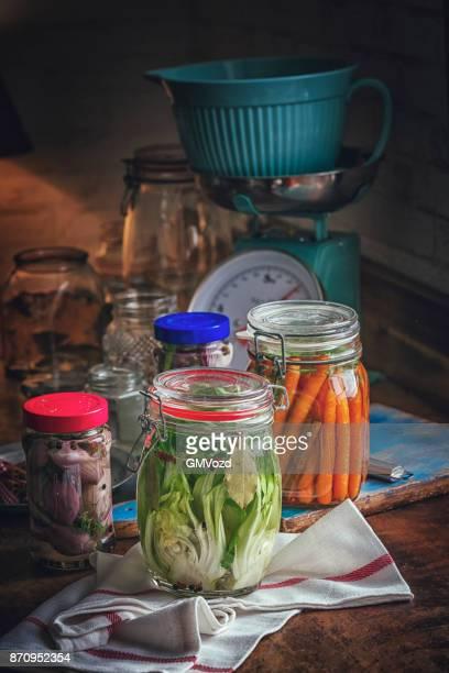 Erhaltung der Bio-Karotten und Chinakohl in Gläsern