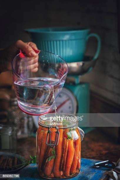 Erhaltung der Bio-Karotten in Gläsern