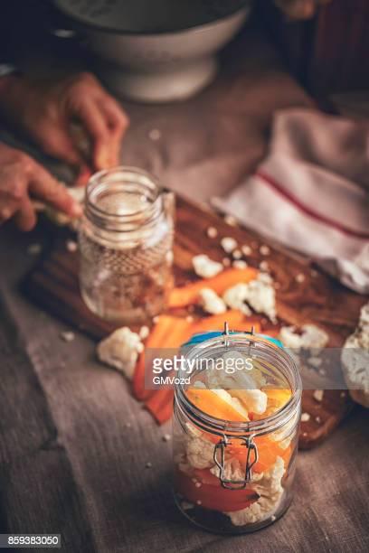 Erhaltung der Bio Blumenkohl und Karotten in Gläsern
