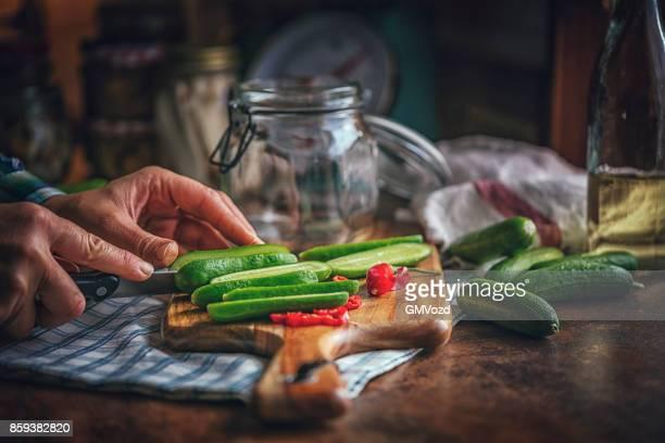 Erhaltung der Bio-Gurken in Gläsern