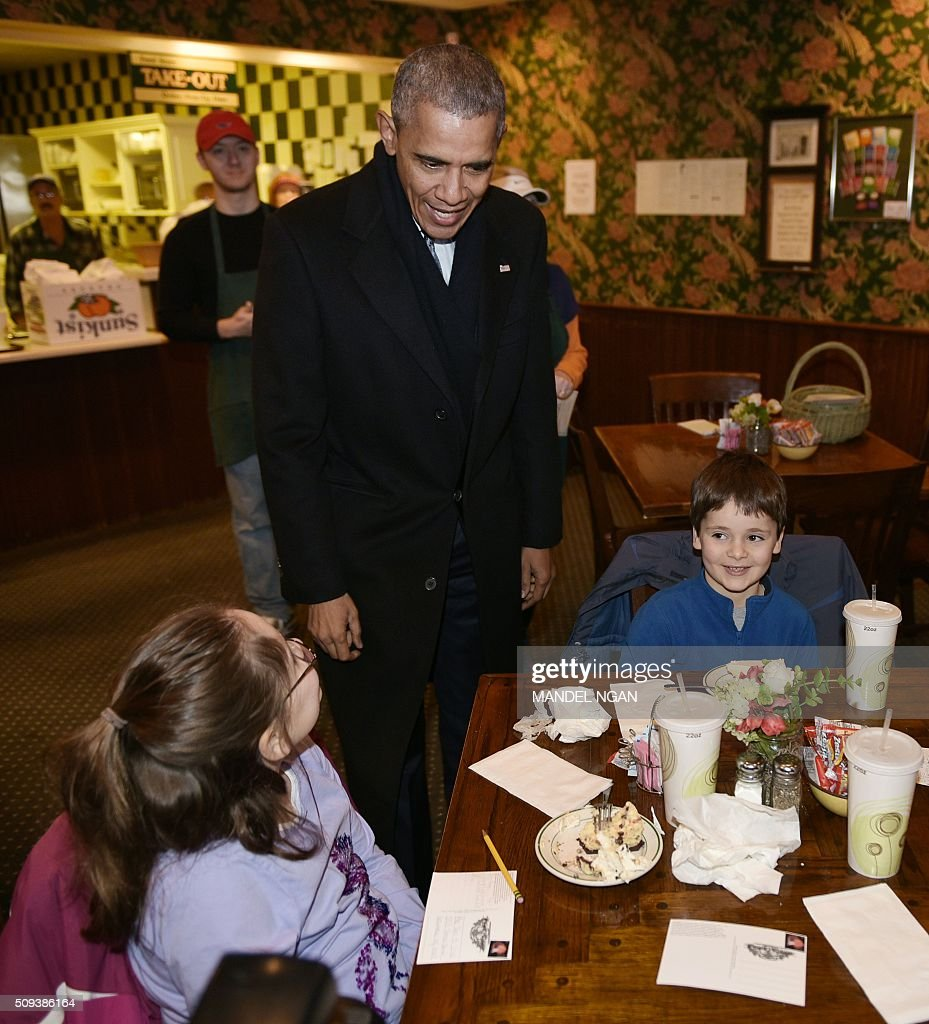 US President Barack chats with young patrons in the Feed Store restaurant near the Old State Capitol in Springfield, Illinois on February 10, 2016. / AFP / Mandel Ngan