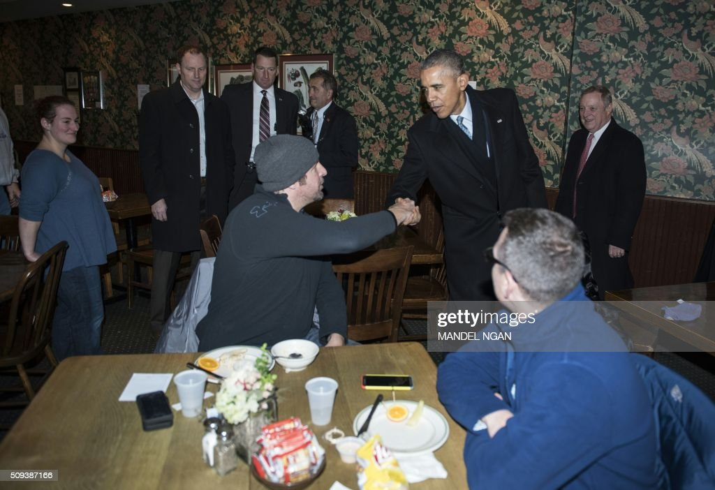 US President Barack greets patrons in the Feed Store restaurant near the Old State Capitol in Springfield, Illinois on February 10, 2016. / AFP / Mandel Ngan
