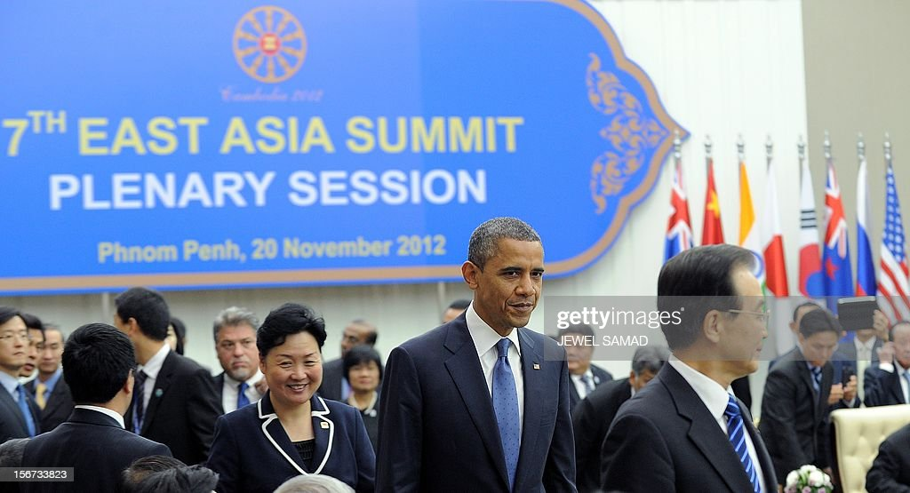 US President Barack Obama (C) and Chinese Premier Wen Jiabao (R) arrive to attend the East Asian Summit Plenary Session at the Peace Palace in Phnom Penh on November 20, 2012. US President Barack Obama was set to dive into the tumultuous diplomatic waters of the South China Sea at a summit dominated by rival claims to the strategically vital area. AFP PHOTO/Jewel Samad
