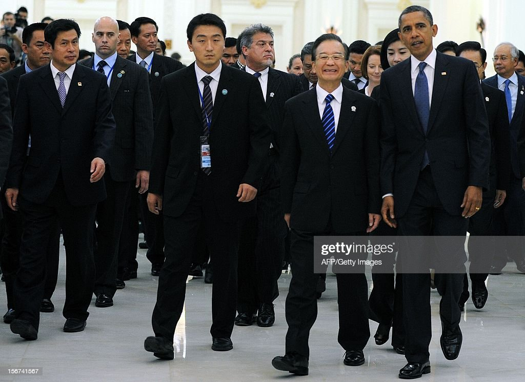 US President Barack Obama (R) and Chinese Prime Minister Wen Jiabao (2nd R) attend the 7th East Asia summit-Plenary session at the Peace Palace in Phnom Penh on November 20, 2012. The Association of Southeast Asian Nations (ASEAN) nations were set to officially launch negotiations to create an enormous free trade pact with China, Japan, India, South Korea, Australia and New Zealand. AFP PHOTO / TANG CHHIN SOTHY