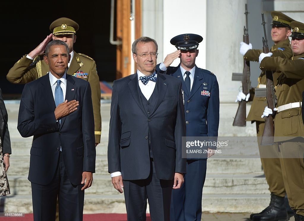 US President Barack Obama (L) and Estonia's President Toomas Hendrik Ilves (C) listen to their national anthems prior to meetings at the Kadriorg Palace in Tallinn, Estonia, September 3, 2014. US President Barack Obama arrived in Estonia aboard Air Force One to meet Baltic leaders and reaffirm Washington's commitment to the security of ex-Soviet NATO members.