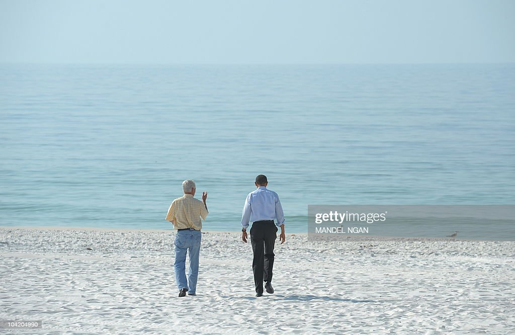US President Barack Obama (R) and Florida Governor Charlie Crist walk to the shoreline of the Casi Beach section of Pensacola Beach before a briefing with local officials on the BP oil spill June 15, 2010 in Pensacola, Florida. AFP PHOTO/Mandel NGAN