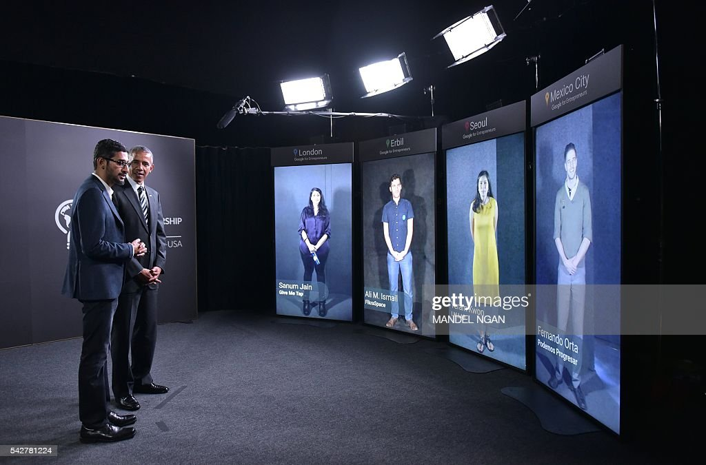 US President Barack Obama and Google CEO Sundar Pichai take part in a Google Portal virtual conversation at Stanford University in Palo Alto, California on June 24, 2016. / AFP / MANDEL