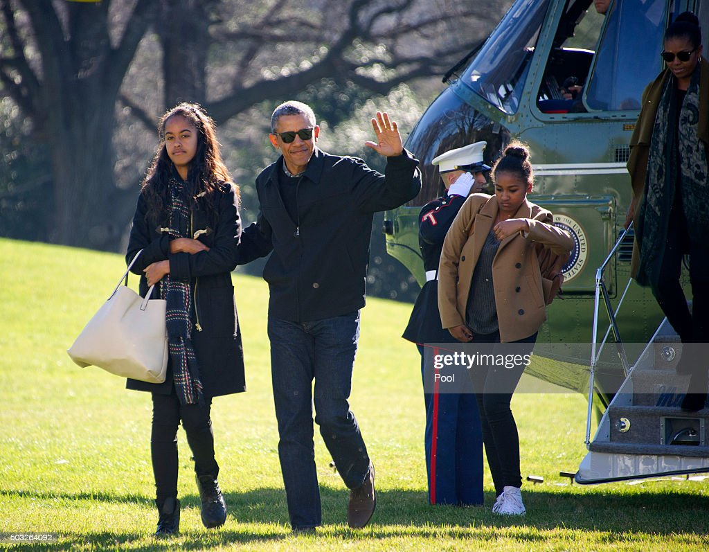 U.S. President Barack Obama and his family (L-R) Malia, Sasha, and first lady Michelle Obama return to the South Lawn of the White HouseJanuary 3, 2016 in Washington, DC. The first family is returning from their two week Hawaiian vacation.