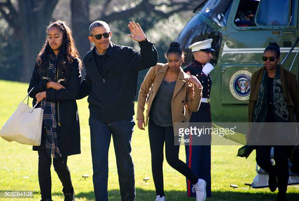 US President Barack Obama and his family Malia Sasha and first lady Michelle Obama return to the South Lawn of the White HouseJanuary 3 2016 in...