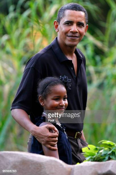 S President Barack Obama and his youngest daughter Sasha walk through the Honolulu Zoo on Sunday January 3 2009 in Honolulu Hawaii Obama and his...