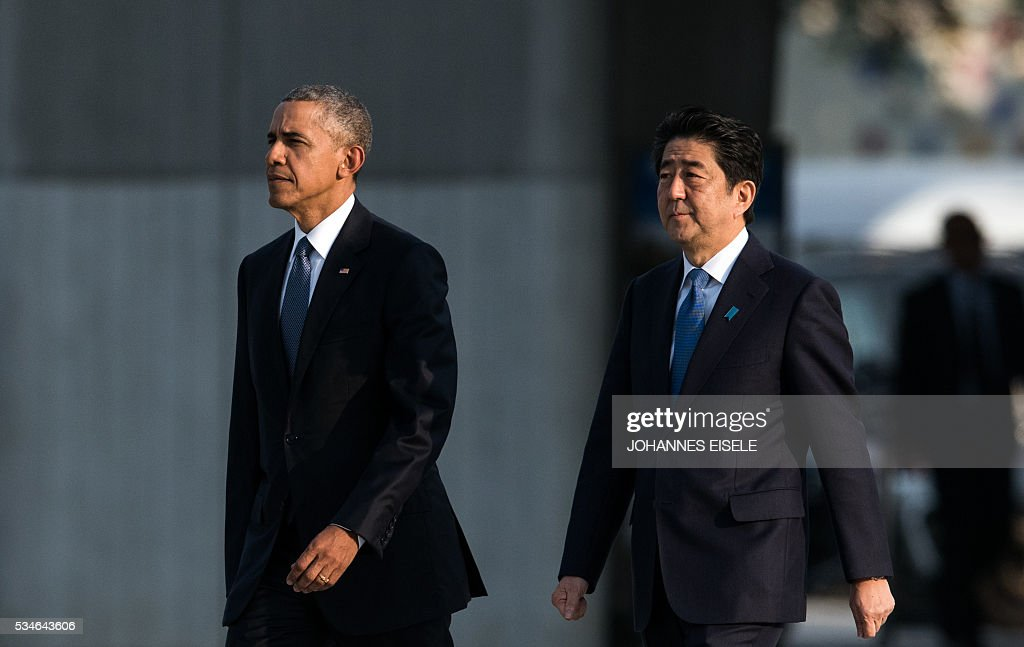 US President Barack Obama (L) and Japanese Prime Minister Shinzo Abe arrive for a visit to the Hiroshima Peace Memorial Park in Hiroshima on May 27, 2016. Obama paid moving tribute on May 27 to victims of the world's first nuclear attack, during a historic visit to Hiroshima. / AFP / JOHANNES
