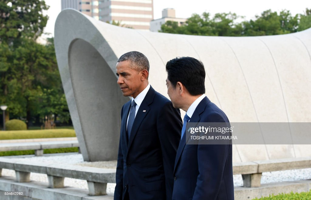 US President Barack Obama (L) and Japanese Prime Minister Shinzo Abe (R) walk beside the cenotaph in the Peace Momorial park in Hiroshima on May 27, 2016. Obama on May 27 paid a moving tribute to victims of the world's first nuclear attack. / AFP / TOSHIFUMI