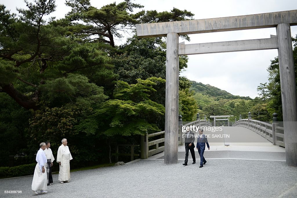 US President Barack Obama (centre L) and Japan's Prime Minister Shinzo Abe (centre R) walk under a 'torii', or gate, as they arrive at Ise-Jingu Shrine in the city of Ise in Mie prefecture, on May 26, 2016 on the first day of the G7 leaders summit. World leaders kick off two days of G7 talks in Japan on May 26 with the creaky global economy, terrorism, refugees, China's controversial maritime claims, and a possible Brexit headlining their packed agenda. / AFP / STEPHANE