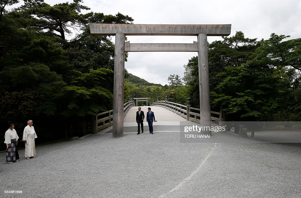 US President Barack Obama (2nd L) and Japan's Prime Minister Shinzo Abe walk across Ujibashi bridge as they visit Ise-Jingu Shrine in the city of Ise in Mie prefecture, on May 26, 2016, on the first day of the G7 leaders summit. World leaders kick off two days of G7 talks in Japan on May 26 with the creaky global economy, terrorism, refugees, China's controversial maritime claims, and a possible Brexit headlining their packed agenda. / AFP / POOL / TORU