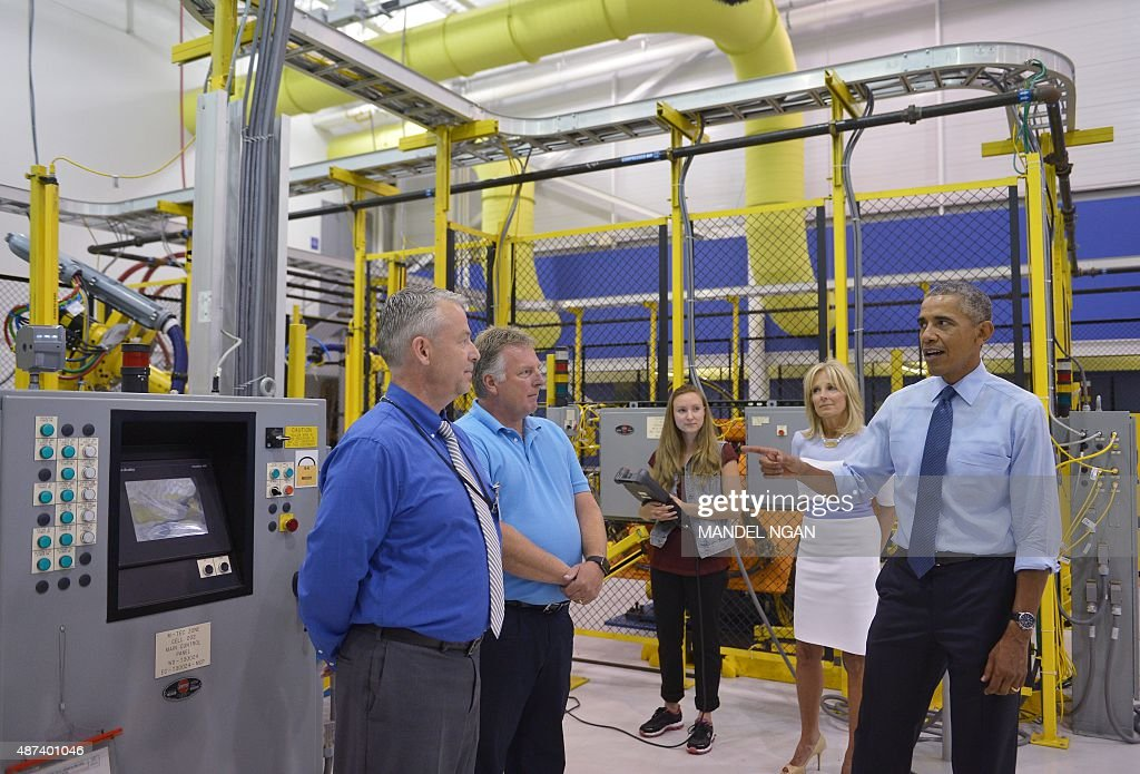 US President Barack Obama and Jill Biden the wife of Vice President Joe Biden tour the Michigan Technical Education Center at Macomb Community...