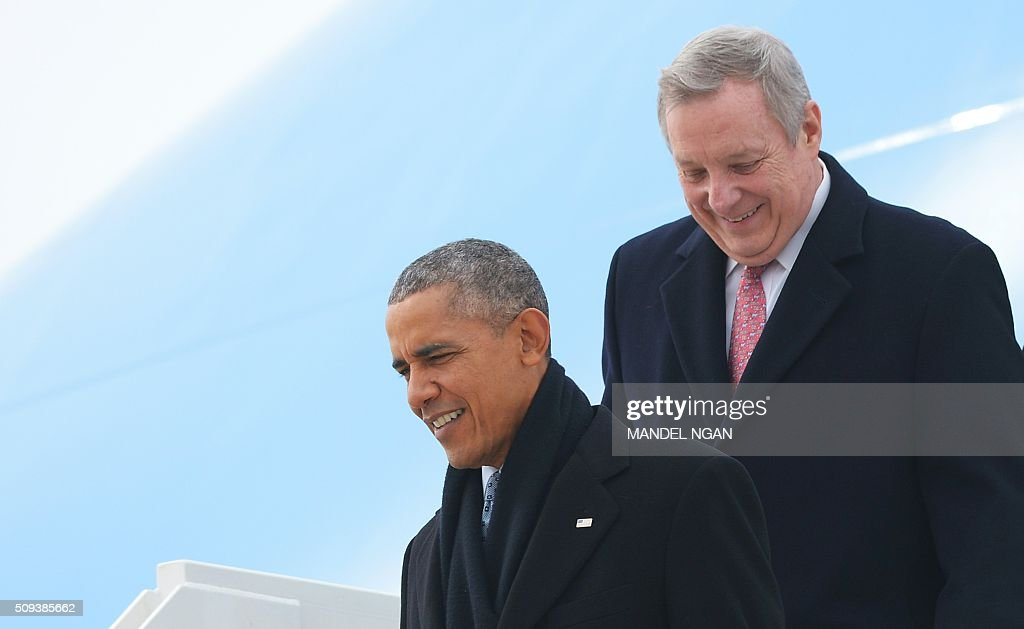 US President Barack Obama and Senator Dick Durbin, D-IL, step off Air Force One upon arrival at Abraham Lincoln Capital Airport in Springfield, Illinois on February 10, 2016. / AFP / Mandel Ngan
