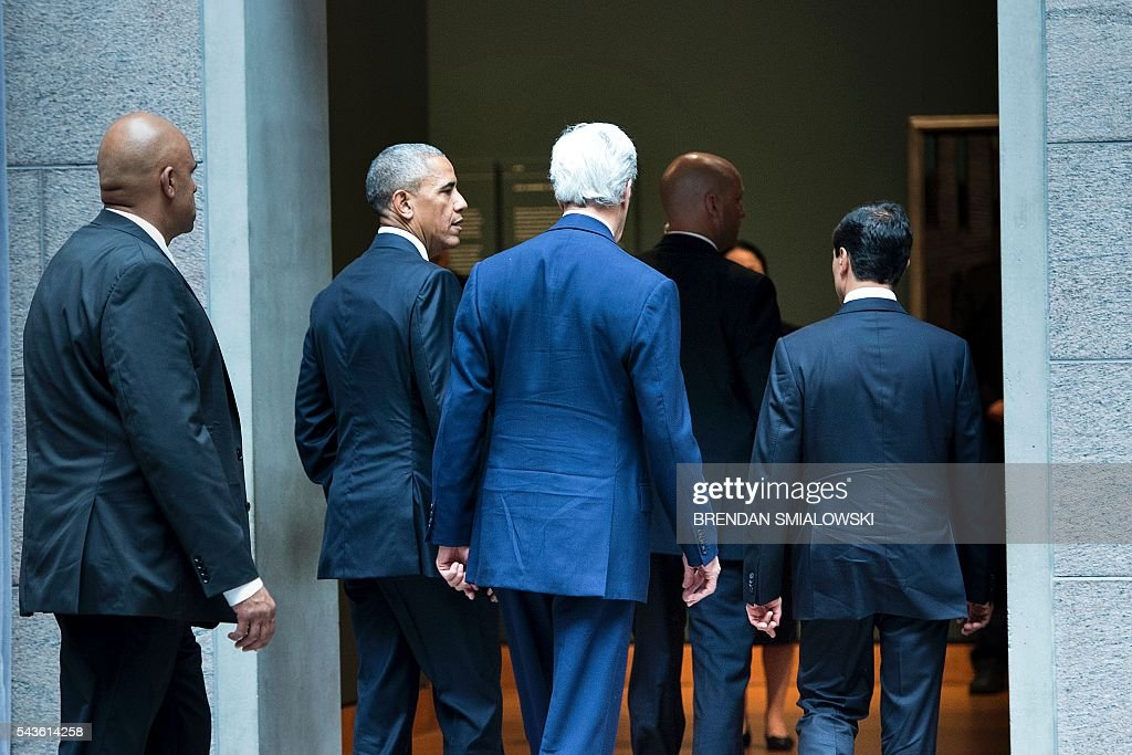 US President Barack Obama and US Secretary of State John Kerry walk to a working session with Mexican and Canadian officials during the North American Leaders Summit at the National Gallery of Canada on June 29, 2016 in Ottawa, Ontario. / AFP / Brendan Smialowski