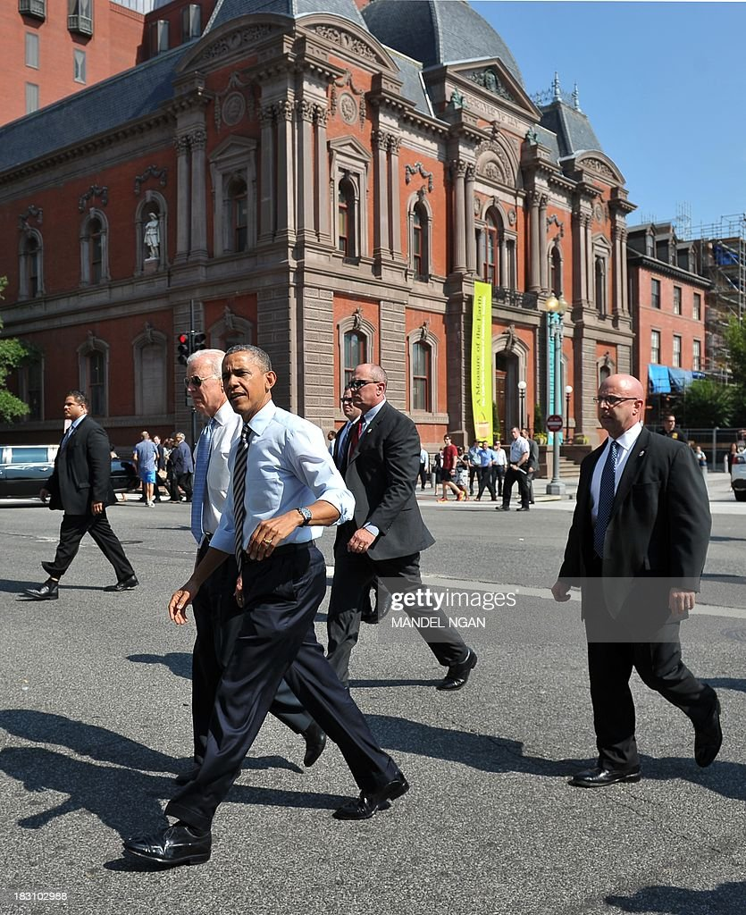 US President Barack Obama and US Vice President Joe Biden walk across 17th Avenue to get lunch at a nearby deli in Washington, DC on October 4, 2013. Obama walked over to the deli with US Vice President Joe Biden and ordered sandwiches to go. AFP PHOTO/Mandel NGAN