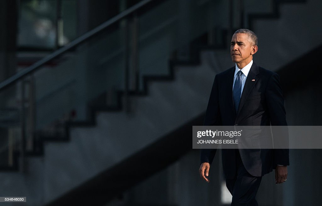 US President Barack Obama arrives at the Hiroshima Peace Memorial park cenotaph in Hiroshima on May 27, 2016. Obama became the first sitting US leader to visit the site that ushered in the age of nuclear conflict. / AFP / JOHANNES