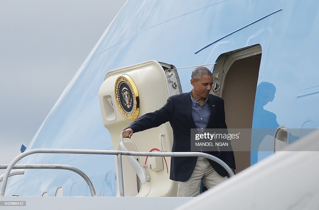 US President Barack Obama boards Air Force One before departing from Seattle-Tacoma International Airport in Seattle, Washington on June 25, 2016. / AFP / MANDEL