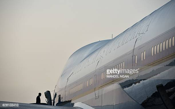 President Barack Obama boards Air Force One before departing from Tampa International Airport in Tampa Florida on December 6 2016 / AFP / MANDEL NGAN
