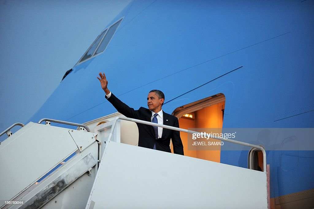 US President Barack Obama boards Air Force One in Phnom Penh on November 20, 2012. Obama left for Washington, DC, after attending 21st Association of Southeast Asian Nations (ASEAN) Summit and Related Summits. AFP PHOTO/Jewel Samad