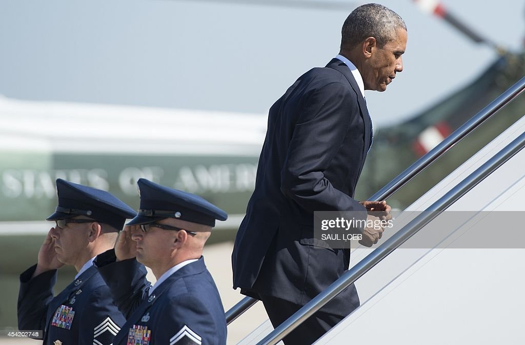 US President Barack Obama boards Air Force One prior to departing from Andrews Air Force Base in Maryland, August 26, 2014. Obama is traveling to Charlotte, North Carolina to speak at the American Legion's 96th National Convention. AFP PHOTO / Saul LOEB