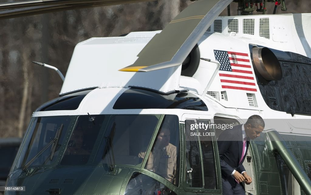 US President Barack Obama disembarks from Marine One at Walter Reed National Military Medical Center in Bethesda, Maryland, March 5, 2013. Obama is visiting with wounded warriors who are being treated at the hospital and their families. AFP PHOTO / Saul LOEB