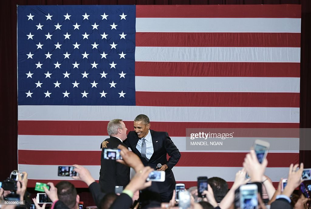US President Barack Obama embraces Senator Dick Durbin (L), D-IL, who introduced him before speaking to supporters in the Hoogland Center for the Arts in Springfield, Illinois on February 10, 2016. / AFP / Mandel Ngan
