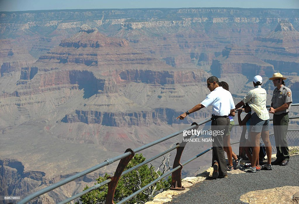 US President Barack Obama, First Lady Michelle Obama and their daughters Sasha and Malia tour Hopi Point with Park Ranger Scott Kraynak at Grand Canyon National Park August 16, 2009 in Arizona. AFP PHOTO/Mandel NGAN