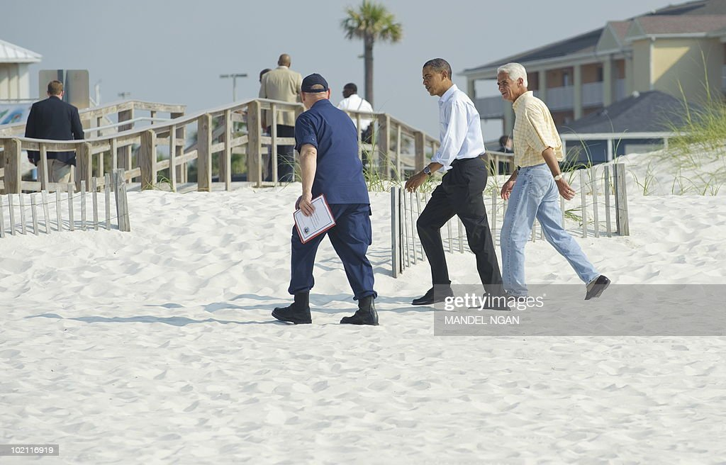 US President Barack Obama (C), Florida Governor Charlie Crist, and Coast Guard Admiral Thad Allen walk on the Casio Beach section of Pensacola Beach before a briefing with local officials on the BP oil spill June 15, 2010 in Pensacola, Florida. AFP PHOTO/Mandel NGAN