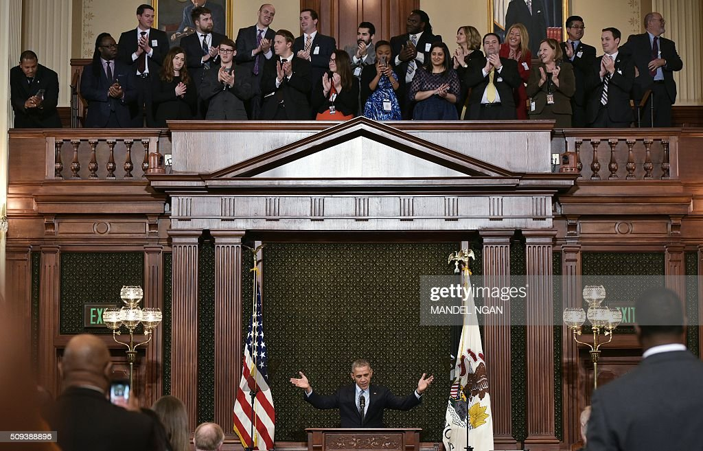 US President Barack Obama gestures as he arrives to address the Illinois General Assembly at the Illinois State Capitol in Springfield, Illinois on February 10, 2016. / AFP / MANDEL NGAN