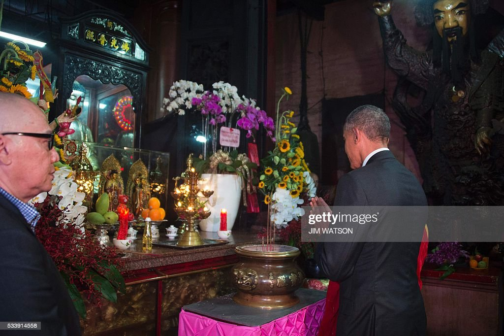 US President Barack Obama (R) gestures during a visit to the Jade Pagoda in Ho Chi Minh City on May 24, 2016. US President Barack Obama told communist Vietnam on May 24 that basic human rights would not jeopardise its stability, in an impassioned appeal for the one-party state to abandon authoritarianism. / AFP / JIM