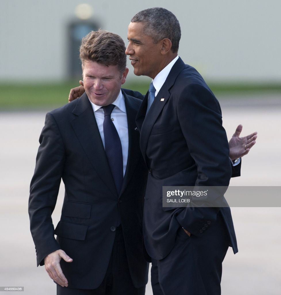 US President Barack Obama greets US Ambassador to Britain Matthew Winthrop Barzun (L) as he disembarks from Air Force One upon arrival at RAF Fairford in Gloucestershire, England, on September 3, 2014, on the eve of a NATO summit in Wales. AFP PHOTO / Saul LOEB
