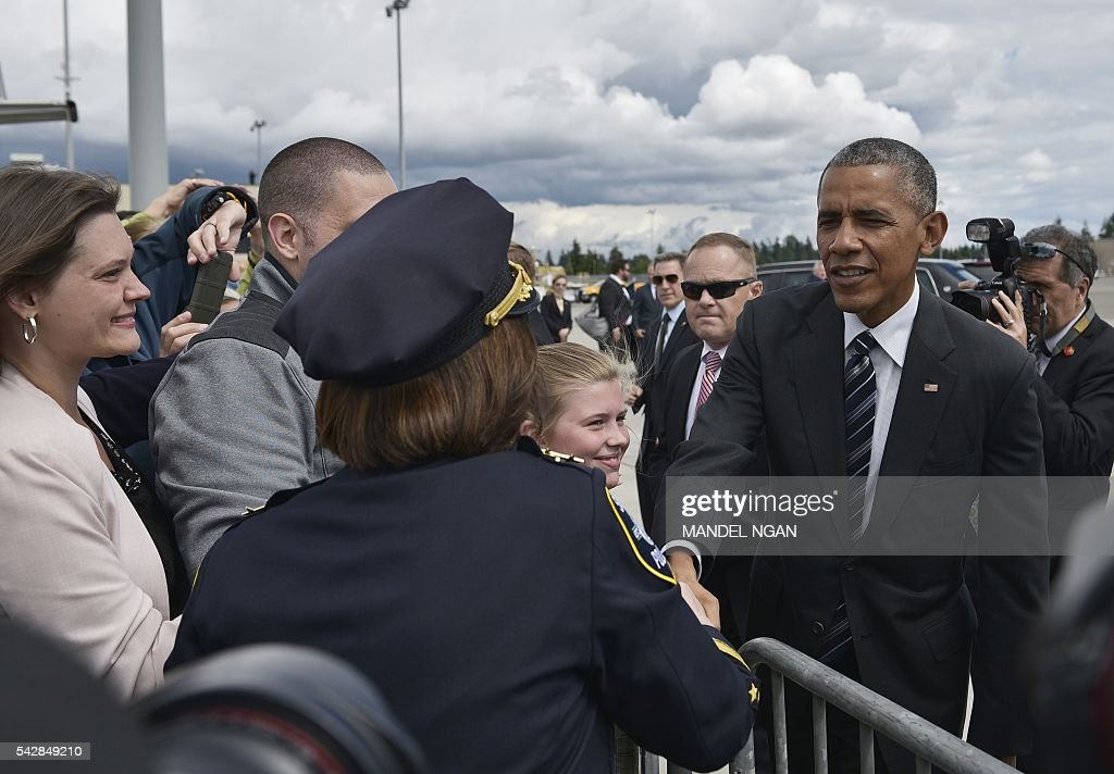 US President Barack Obama greets well-wishers upon arrival at Seattle-Tacoma International Airport in Seattle, Washington on June 24, 2016. / AFP / MANDEL