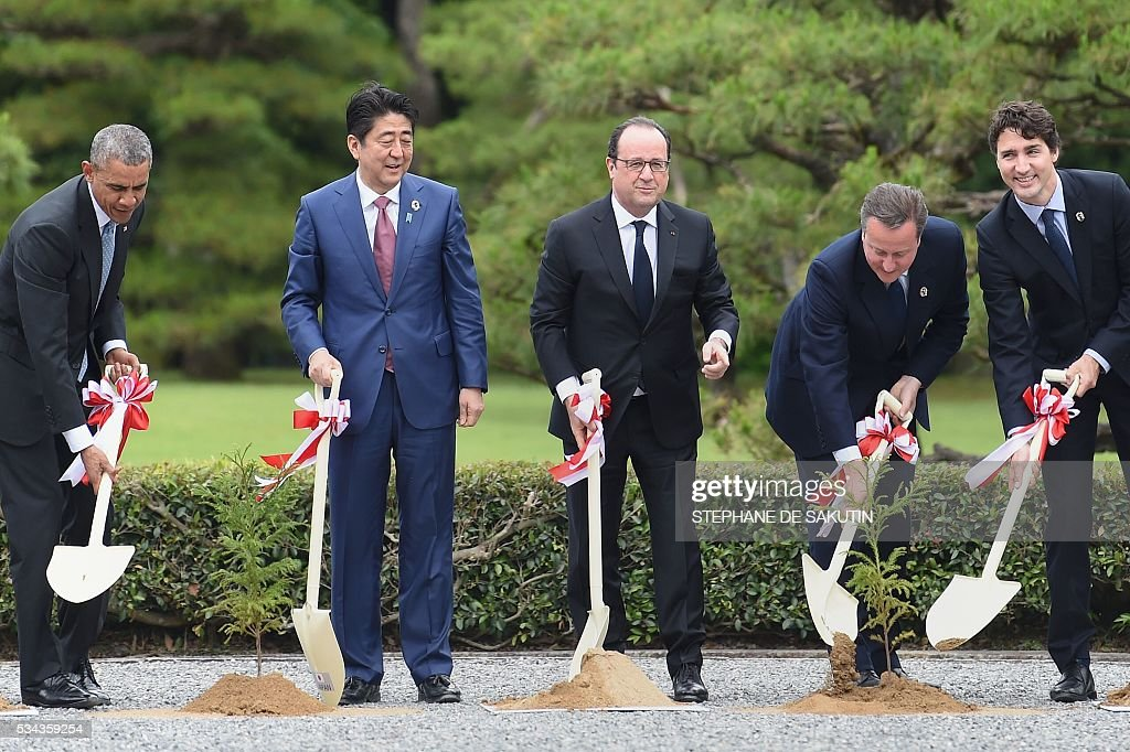 US President Barack Obama, Japan's Prime Minister Shinzo Abe, French President Francois Hollande, Britain's Prime Minister David Cameron and Canadian Prime Minister Justin Trudeau take part in a ceremony at Ise-Jingu Shrine in the city of Ise in Mie prefecture, on May 26, 2016 on the first day of the G7 leaders summit. World leaders kick off two days of G7 talks in Japan on May 26 with the creaky global economy, terrorism, refugees, China's controversial maritime claims, and a possible Brexit headlining their packed agenda. / AFP / STEPHANE