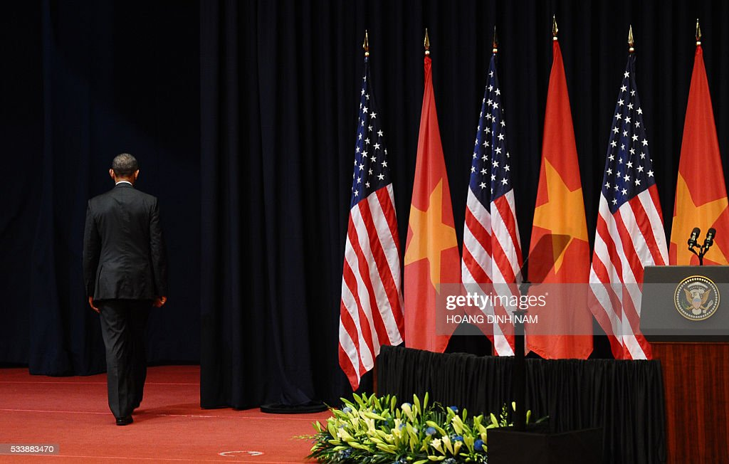 US President Barack Obama leaves after giving a speech at the National Convention Center in Hanoi on May 24, 2016. Obama, currently on a visit to Vietnam, met with civil society leaders including some of the country's long-harassed critics on May 24. / AFP / POOL / HOANG