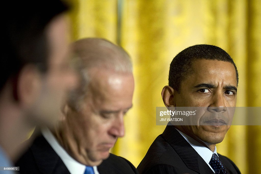 US President Barack Obama (R) looks to Director of the Office of Management and Budget Peter Orszag (L) during the opening of the Fiscal Responsibility Summit at the White House in Washington, DC, February 23, 2009 with Vice President Joe Biden (C). AFP PHOTO/Jim WATSON