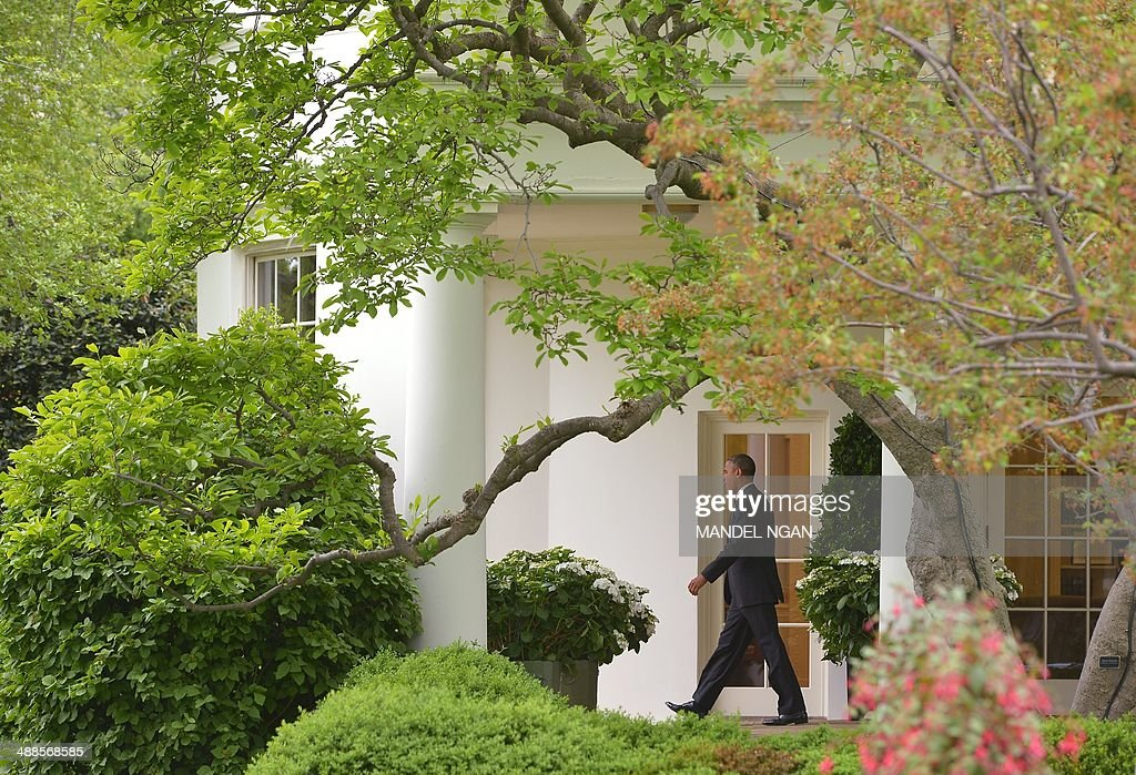 US President Barack Obama makes his way through the Colonnade to board Marine One from the South Lawn of the White House on May 7, 2014 in Washington, DC. Obama is heading to Arkansas and California. AFP PHOTO/Mandel NGAN